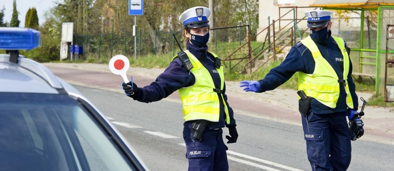 policjanci zatrzymujący do kontroli drogowej