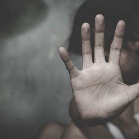 nastolatka broniąca się przed przemocą