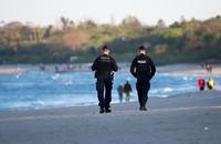 patrol policji na plaży