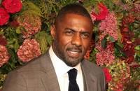 """Idris Elba o popularnych """"teoriach"""" na temat koronawirusa: osoby czarnoskóre również mogą się nim zarazić"""