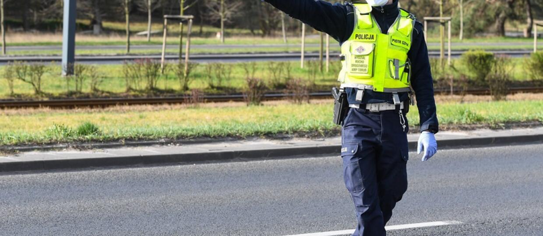 policjant zatrzymujący samochód do kontroli