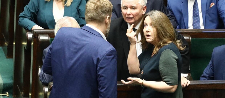 Joanna Lichocka pokazująca środkowy palce Adrianowi Zandbergowi