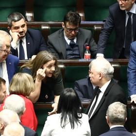 Joanna Licocka pokazująca w Sejmie środkowy palec