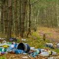 śmieci wyrzucone w lesie