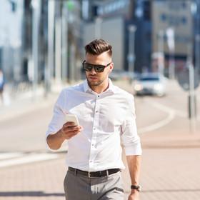 Koniec z trzymaniem telefonu podczas spacerów? Nowe przepisy