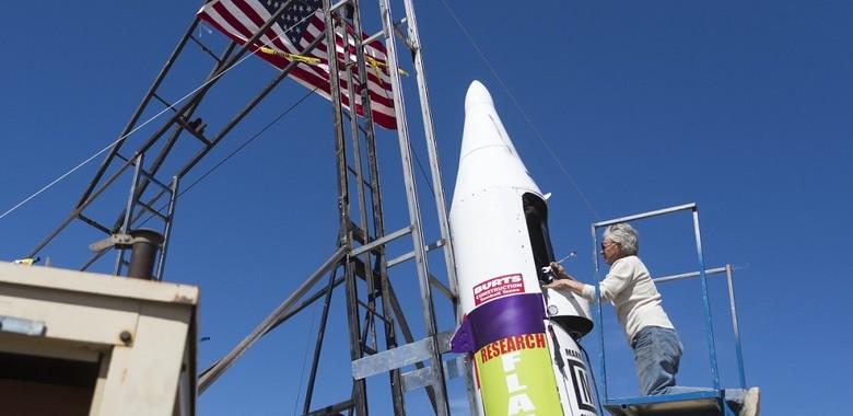 rakieta na parę i jej konstruktor Mike Hughes