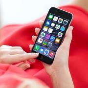 kobieta korzystająca z iPhone'a