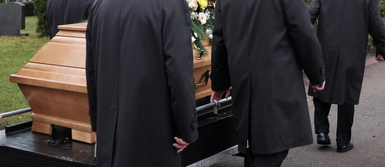trumna niesiona przez żałobników