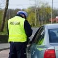 policjant kontrolujący kierowcę