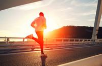 Kiedy kwarantanna jest już za nudna - mężczyzna przebiegł maraton na własnym balkonie