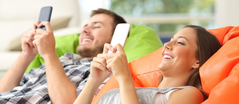 młodzi ludzie grający ze smartfonami w ręku