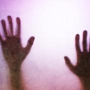 Straszne dłonie na szybie