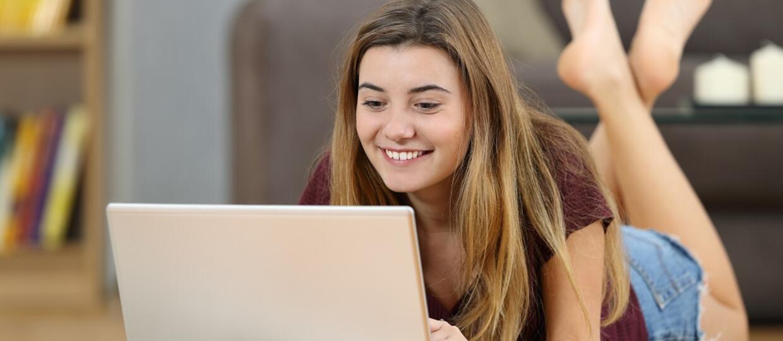 dziewczyna grająca na komputerze