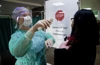 psersonel medyczny mierzy temperaturę osób w szpitalu