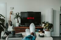Mężczyzna ogląda Netflixa - materiał poglądowy