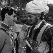 BEN CROSS i OMAR SHARIF, kadr z filmu Dalekie pawilony
