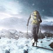mężczyzna w górach podczas śnieżycy