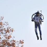 """Iron Man lata nad LA? Dwóch pilotów dostrzegło """"niezidentyfikowanego mężczyznę z plecakiem odrzutowym"""". Sprawą zajmie się FBI"""