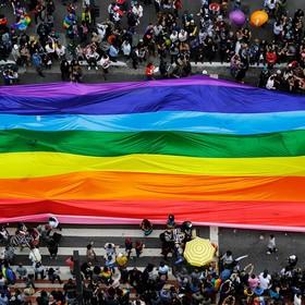 ogromna tęczowa flaga na paradzie równości