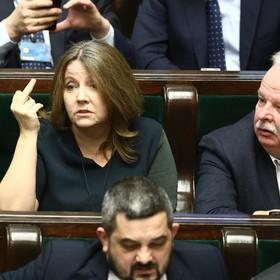 Joanna Lichocka pokazująca środkowy palec w Sejmie