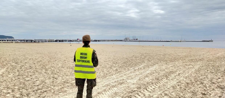 WOT pilnujący zakazu wstępu na plażę w Gdyni