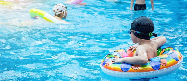Opolskie: Policjant reanimował dwulatka na basenie. Dziecko udało się uratować