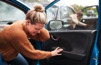 kobiea wychodząca z samochodu po wypadku