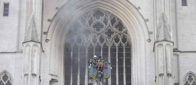 """Płonie katedra w Nantes. Strażacy: """"Sytuacja jest poważna"""""""