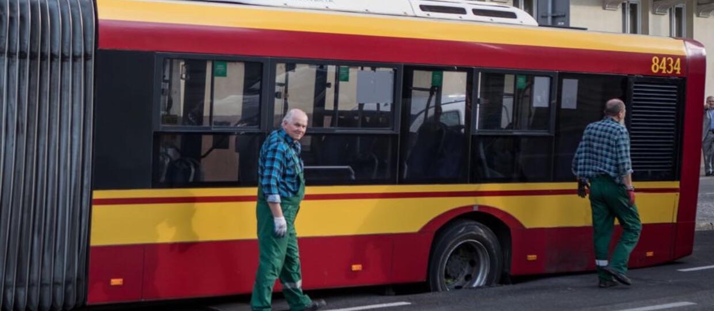 Pod autobusem zapadła się jezdnia. Nietypowa sytuacja w centrum Warszawy