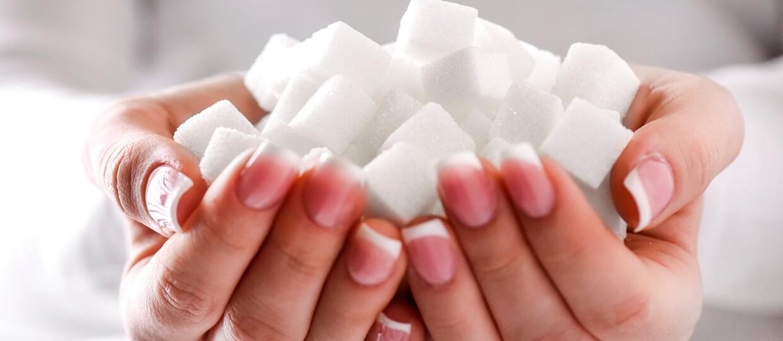 cukier w kostkach w dłoniach