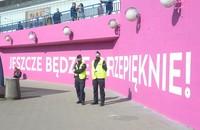 policjanci przed muralem jeszcze będzie przepięknie