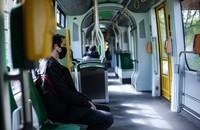 pasażer w maseczce w tramwaju
