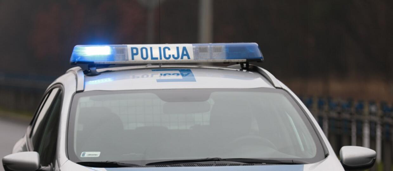 radiowóz policyjny z włączonym sygnałem