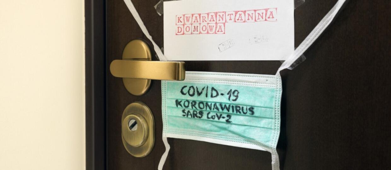 ostrzeżenie o kwarantannie domowej na drzwiach