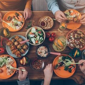 stół zastawiony daniami