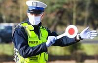 policjant kierujący na kontrolę drogową