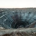 Przerażający krater na Syberii wciąga helikoptery