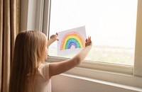 dziecko z rysunkiem tęczy