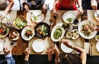 ludzie jedzący w restauracji