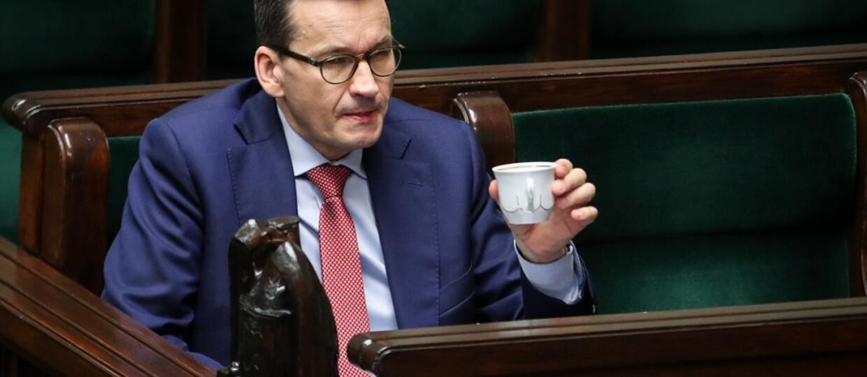 premier Mateusz Morawiecki z filiżanką w Sejmie