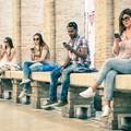 młodzi ludzie ze smartfonami