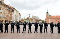 policjanci w szpalerze
