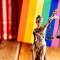 sprawiedliwość na tle flagi LGBT