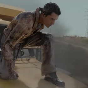 """Scena niczym z """"Terminatora"""". Mężczyzna uczepił się maski ciężarówki pędzącej po autostradzie [WIDEO]"""
