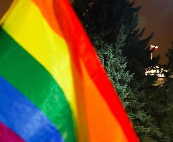 tęczowa flaga z Sejmem RP w tle
