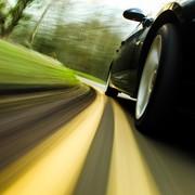 samochód jadące zbyt szybko