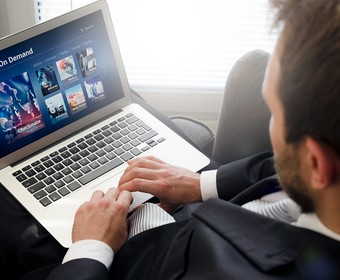mężczyzna oglądający VoD na komputerze