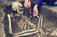 szkielet odkrywany przez archelogów