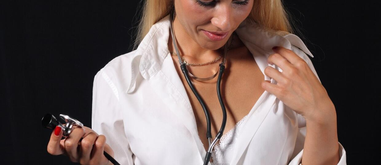 pielęgniarka w rozpiętym fartuchu