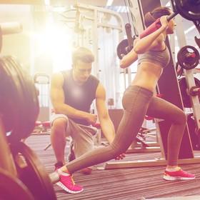 mężczyzna i kobieta ćwiczący na siłowni